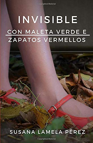 Invisible, con maleta verde e zapatos vermellos