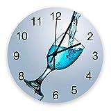 Primo piano calice blu acqua liquido inclinazione grandi orologi da parete rotondi in legno, elegante orologio da parete moderno grigio silenzioso per ufficio, patio, soggiorno, diametro 10 pollici