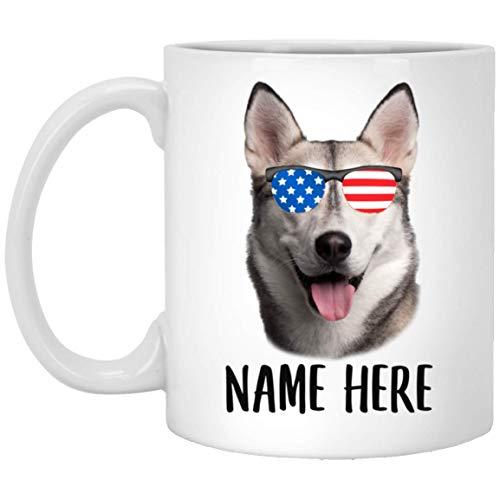 Nombre personalizado siberiano Husky gris naranja con bandera americana gafas de sol blanco taza de café 11 oz