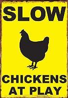 警告マークスローニワトリがファーマーズマーケットで遊んでいる田舎の家庭装飾マークニワトリ金属スズマーク壁札はホームキッチンバーカフェ8×12インチ