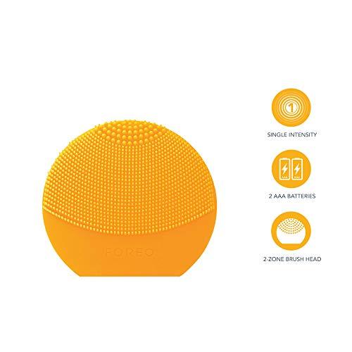 LUNA play plus de FOREO es el cepillo facial recargable de silicona |Sunflower Yellow| Con pilas recambiables y resistente al agua, el cepillo facial para todo tipo de piel