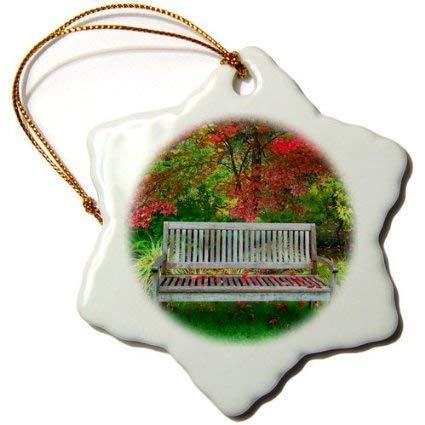 Weihnachtsdeko Bänke Usa, Oregon, Dampfboot Inn. Gartenbank und japanischer Ahornbaum Dekofigur Schneeflocke, Keramik