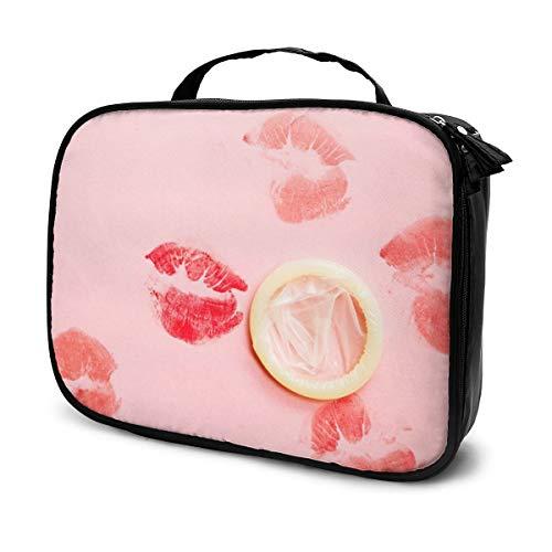 Sacs à cosmétiques pour les femmes voyagent, préservatif blanc isolé et rouge à lèvres bisous sur fond rose étui à crayons