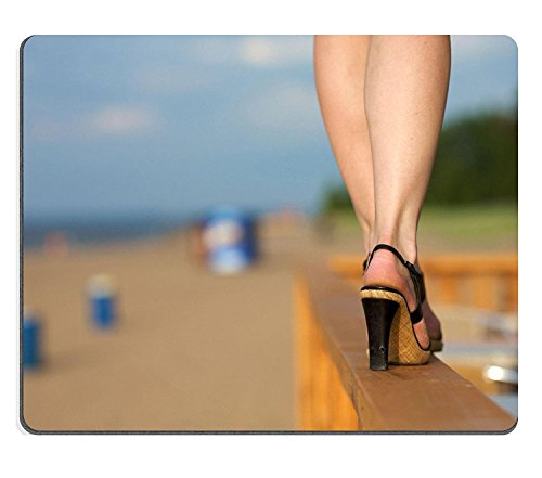 luxlady Gaming Mousepad Close Up of Frau tragen High Heels Walking gefährlich entlang schmaler Zaun von Beach Bild-ID 4586615