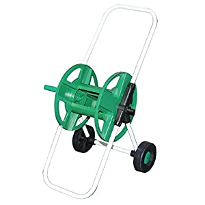 Carrete de metal del coche manguera de jardín en las ruedas