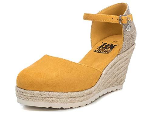 XTI - Sandalia para Mujer - Sandalia con Cierre de Hebilla - Tacón 8 cm - Color Amarillo - Talla 39