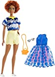Barbie Fashionistas poupée mannequin #100 rousse avec collier jaune et robe bleue, fournie avec deuxième tenue, jouet pour enfant, FRY80