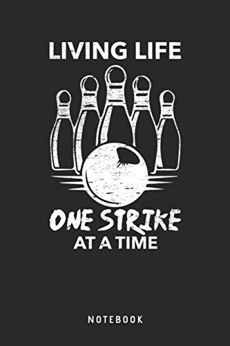 Living Life One Strike At A Time Notebook: A5 Punktiertes Notizbuch und Taschenbuch für Freunde oder Familie • Ein lustiges Geschenk für jeden passionierten Bowlingspieler