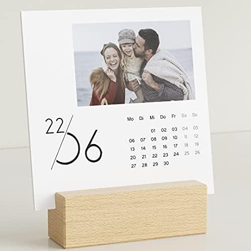 sendmoments Fotokalender 2022 mit dekorativem Holzhalter & Relieflack, Jahreskalender, Kalender für Digitale Fotos, Tischkalender mit persönlichen Bildern, quadratisch 145x145