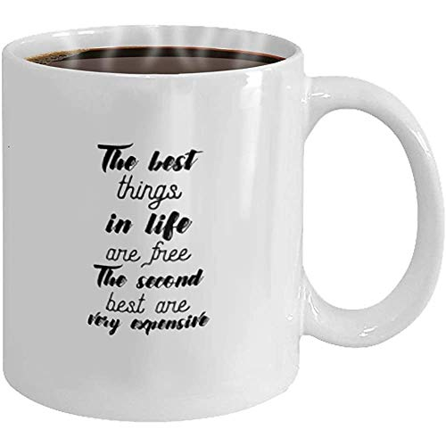 Taza de café - Cita de vida de regalo para empleados aislada sobre fondo blanco las mejores cosas de la vida son gratis las segundas mejores cosas son