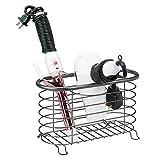 mDesign Soporte para secador de pelo sin taladro para el baño – Práctico cesto de rejilla en metal – Cesta metálica para secador, rizador eléctrico y plancha para el lavabo o el estante – gris oscuro