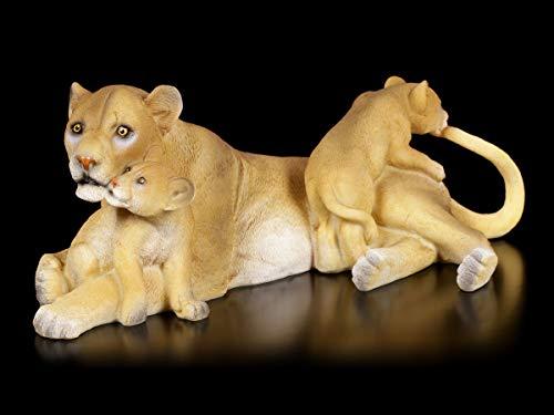 Figuren Shop GmbH Gartenfigur - Löwin mit Jungtieren | Tierfigur, Statue, Skulptur, Deko-Figur, Afrika-Deko, Wildtiere, B 24 cm