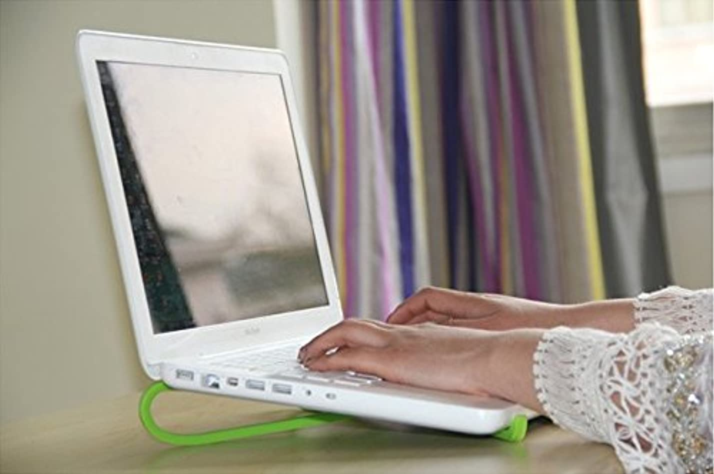ランダムパッケージシロクマPCスタンド ラップトップスタンド 折りたたみ式 放熱 携帯便利 長時間のパソコン作業 肩こり PCアクセサリー ノートパソコン スタンド /ipad/macbook (グリーン、ローズレッド)