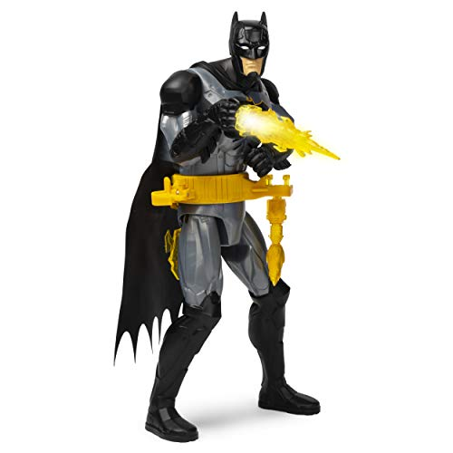 12 pollici deluxe Batman action figure di Batman: questa action figure di Batman ha 3 punti di articolazione, una scultura dettagliata e un mantello di stoffa. Armato con la sua cintura di utilità e 3 armi, BATMAN è pronto per il combattimento Oltre ...