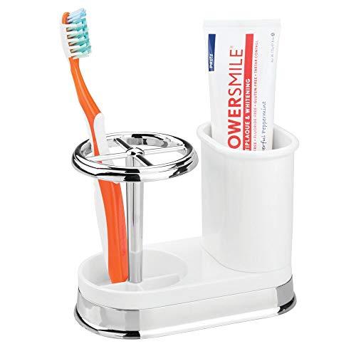 mDesign Zahnbürstenhalter – hochwertiger Zahnputzbecher für Waschbecken oder Badschrank aus Kunststoff mit Chrom-Finish – ideale Halterung für Zahnbürsten, Zahnpasta und Rasierer – weiß/silberfarben