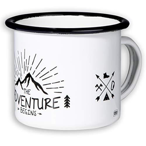 MUGSY - DAS TASSENWERK Adventure Begins Emaille Tasse im Outdoor Design | Emaille Becher bruchfest und leicht für Camping und Trekking | Retro Kaffebecher 300 ml