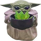 Baby Yoda Pequeño maceta de plantador, el niño que sostiene la taza de la flor de la resina creativa del ornamento con el agujero, el jardín decorativo, la decoración del hogar del regalo de cumpleaño