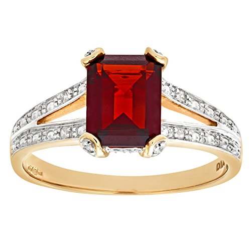 Naava Women's 9 ct Yellow Gold Four Claw Set Garnet Ring with Round Cut 0.14 ct Diamond Shoulder, Size M