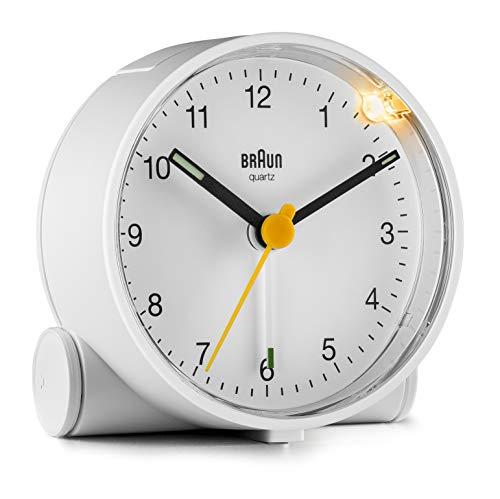 Braun Klassischer analoger Wecker mit Schlummerfunktion und Licht, ruhiges Quarzuhrwerk, Crescendo-Alarm in Weiß, Modell BC01W