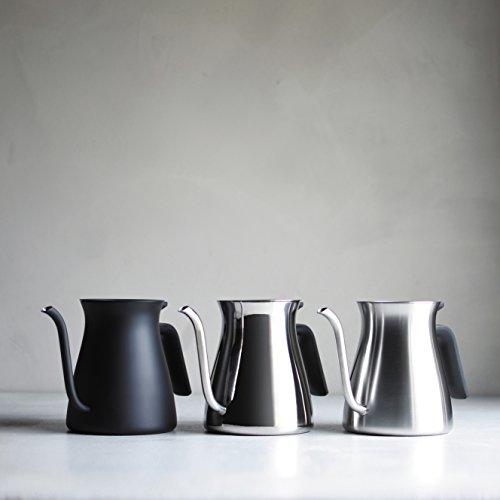 コーヒーを淹れるひとときを五感を満たす心地よい時間に。そんな想いから生まれたコーヒーケトルがこちら。 日用品でありながら美しいデザインは、毎日のコーヒータイムを楽しくしてくれます。 素材そのものの艶やかな輝きが際立つミラー、落ち着きのあるマット、しっとりと仕上げたブラックが揃います。