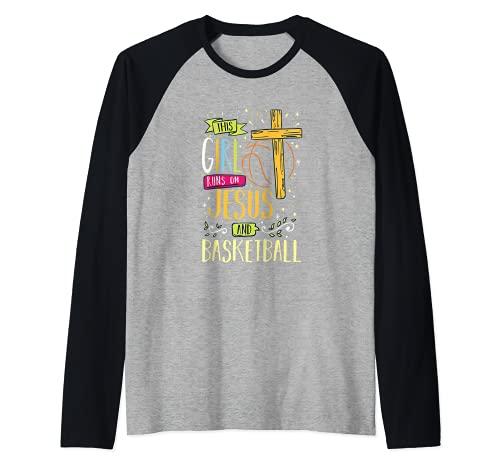 Religioso - Esta chica corre en Jesús y jugador de baloncesto Camiseta Manga Raglan