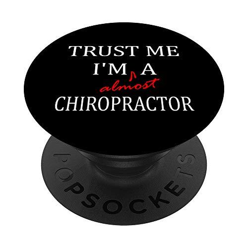 Trust me im almost a(n) Chiropractor PopSockets PopGrip: Agarre intercambiable para Teléfonos y Tabletas