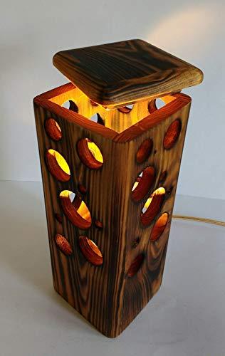 Lámpara de sobremesa de madera reciclada de palet hecho a mano, ambiente cálido.