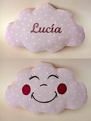Cojín nube para bebés personalizado con su nombre, bordado a máquina por un lado y una graciosa carita sonriente también bordada, por el otro lado. Tamaño pequeño 30x20cm y peso100gr.