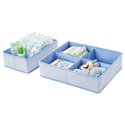 mDesign 2er-Set Aufbewahrungsboxen für Kinderzimmer, Bad usw. – Kinderzimmer Aufbewahrungsbox mit vier Fächern plus einem Fach – Kinderschrank Organizer aus Kunstfaser – blau mit Fischgrätenmuster