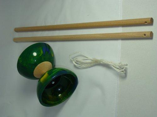 Diabolo vert en caoutchouc et baguettes en bois, artisanat Francais, finition excellente
