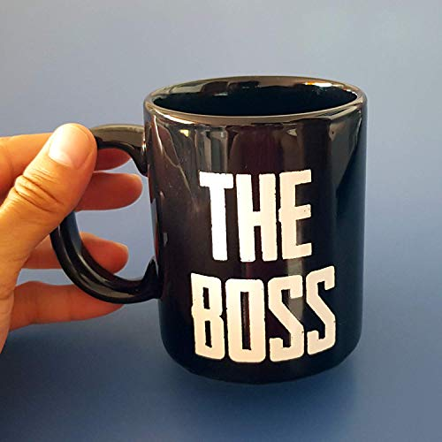 Taza The BOSS, 33 cl. Taza para desayunos de cerámica negra. Taza para el más jefe