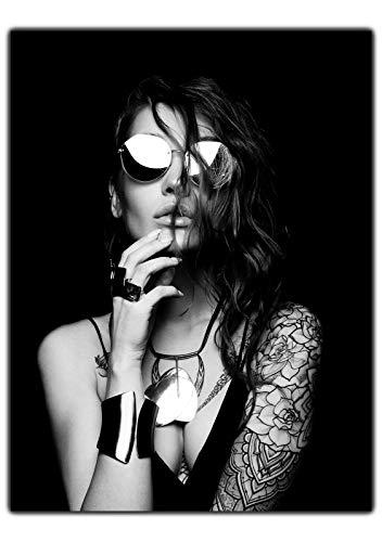 wandmotiv24 Leinwand-Bild Starke Frauen, Größe 60x45cm, Hochformat, Wand-Bilder, Dekoration Wohnzimmer modern, Frau mit Tattoos & Sonnenbrille, Tattoo-Model, Fotografie, Top-Model, Sexy M0152