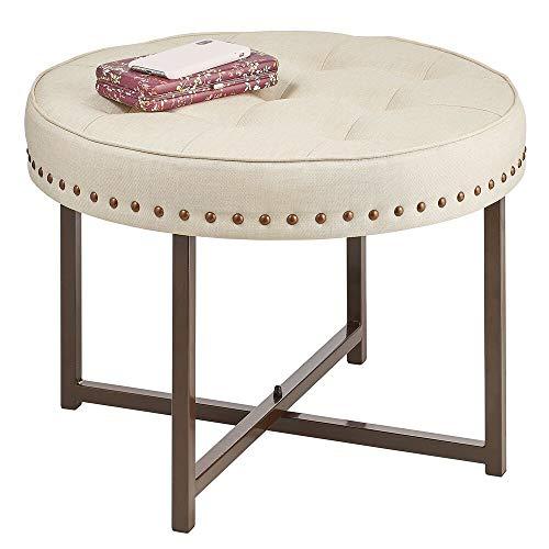 mDesign Escabel tapizado – Reposapiés redondo de metal y poliéster con tachuelas decorativas – Banqueta descalzadora para el pasillo, el dormitorio y otras habitaciones – color bronce y crema