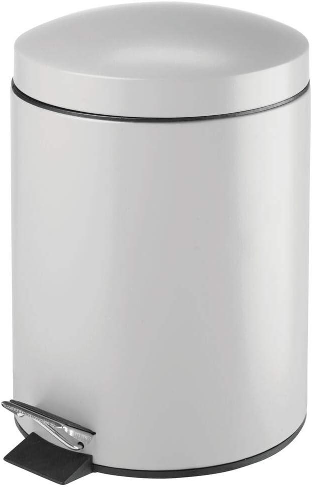 mDesign Cubo de basura con pedal – Contenedor de residuos de 5 litros de metal con tapa y cubo de plástico – Para cosméticos o como papelera de baño, cocina u oficina – gris claro