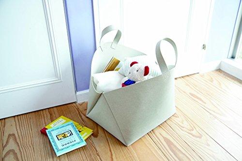 こちらは、まるでバッグのようなバスケットです。取っ手付きで持ち運びやすく、場所を選ばず使えます。子供と大人で共有したり、子供が成長してからも使い続けたりと、長く愛用できるデザインなのがGood!