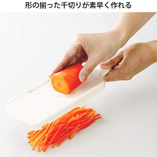 ファインセラミックスの刃を使った千切り用のスライサーです。本体が「へ」の字になっており、手首やひじに負担をかけることなくしっかりと野菜をカットしていくことができます。