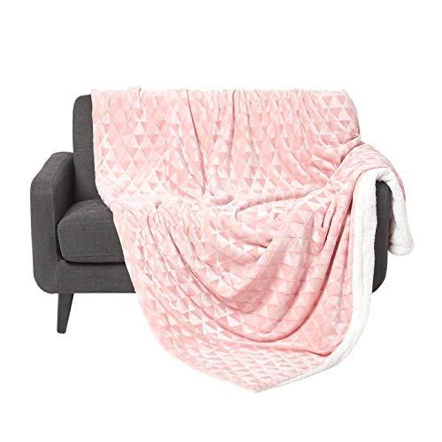 Homescapes Flauschiges Plaid, rosa, samtweiche Kuscheldecke in Fell-Optik mit geometrischem Muster, Tagesdecke 160 x 200 cm, warme Fleece-Decke aus 100prozent Polyester, Dreiecke
