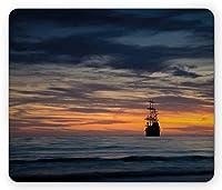海賊マウスパッド、牧歌的な日没海で海に浮かぶ古代船帆船、標準サイズの長方形滑り止めラバーマウスパッド、ダークブルーイエローサンゴ