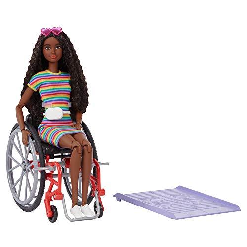 Barbie GRB94 - Fashionistas Puppe mit Rollstuhl und gekräuselten braunen Haaren, Kleid mit Regenbogenstreifen, weiße Sneaker, Sonnenbrille und Gürteltasche, Spielzeug für Kinder von 3 bis 8 Jahren