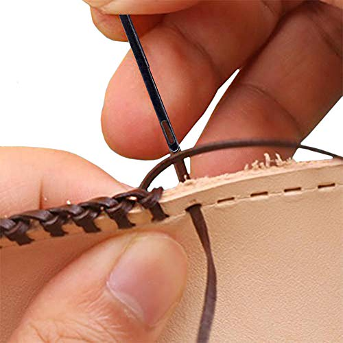 革用の縫い針を選びます。手芸用の刺繍針の大きなもの、といったサイズ感の針で、糸を通しやすい縦長の穴があいています。