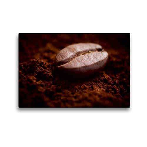CALVENDO Premium Textil-Leinwand 45 x 30 cm Quer-Format Eine Kaffebohne liegt auf duftendem frisch gemahlenem Kaffee, Leinwanddruck Verlag