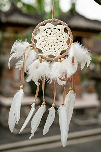 HAGO hochwertiger Traumfänger für angenehme Träume - Handgemachter Dreamcatcher mit echten Federn und Holz Perlen - Traum Fänger in weiß-beige
