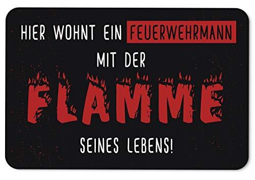 Tassenbrennerei Fußmatte mit Spruch Hier wohnt EIN Feuerwehrmann mit der Flamme seines Lebens - waschbar für innen & außen - Deutsche Qualität - Feuerwehr Geschenk