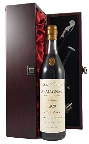 Leopold Carrere Vintage Armagnac 1920 (70cl) in einer mit Seide ausgestatetten Geschenkbox. Da zu vier Wein Zubehör, Korkenzieher, Giesser, Kapselabschneider,Weinthermometer, 1 x 700ml