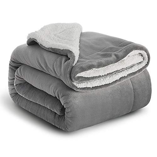 BEDSURE Sherpa Decke Grau hochwertige Wohndecke Kuscheldecken, extra Dicke warm Sofadecke/Couchdecke in zweiseitig, 150x200 cm super flausch Fleecedecke als Sofaüberwurf oder Wohnzimmerdecke