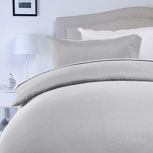 Amazon Basics - Juego de fundas de edredón y de almohada de microfibra, 220 x 250 cm + 2 fundas 50 x 80 cm - Gris claro