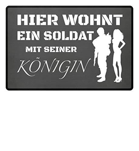 Hier wohnt ein Soldat mit seiner Königin - Fußmatte -60x40cm-Mausgrau