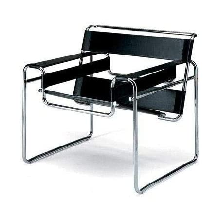 Siyah Wassily Chair birçok mekana uyum sağlayabileceği bir şekilde duruyor.