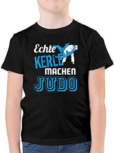 Sport Kind - Echte Kerle Machen Judo - 128 (7/8 Jahre) - Schwarz - Judo Shirt Kinder - F130K - Kinder Tshirts und T-Shirt für Jungen