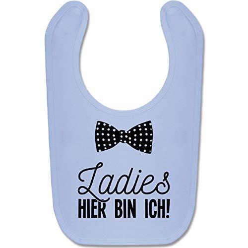 Shirtracer Sprüche Baby - Ladies hier bin ich Fliege - Unisize - Babyblau - windeltorte junge - BZ12 - Baby Lätzchen Baumwolle